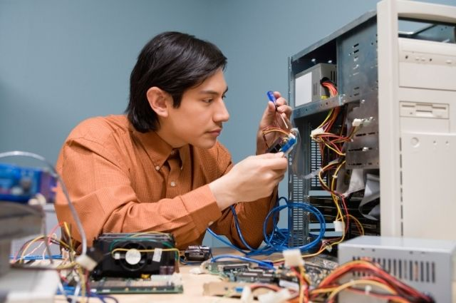 computer fix expert repairing a CPU